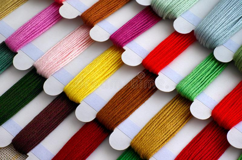 Gekleurde borduurwerkdraden klaar voor dwarssteek stock foto's
