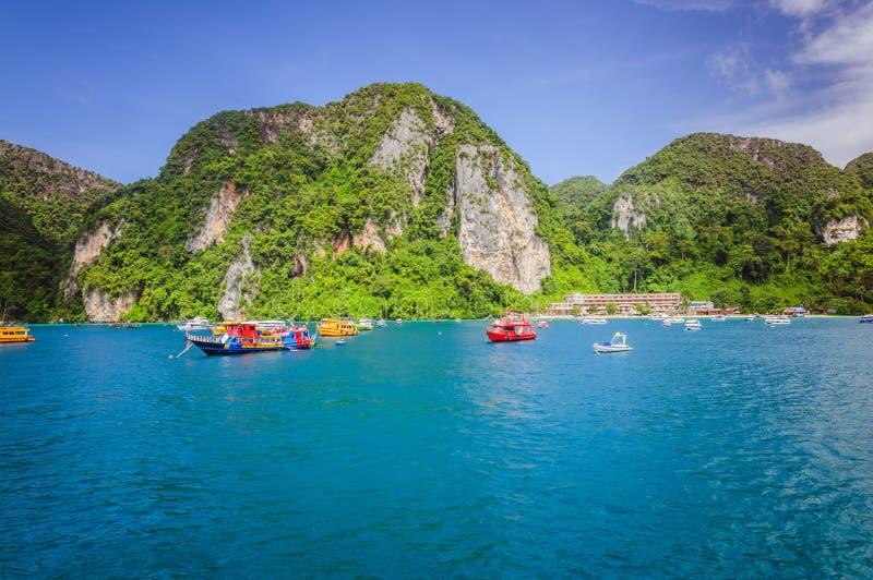 Gekleurde boten in de oceaanbaai dichtbij Phi Phi-eilanden stock fotografie