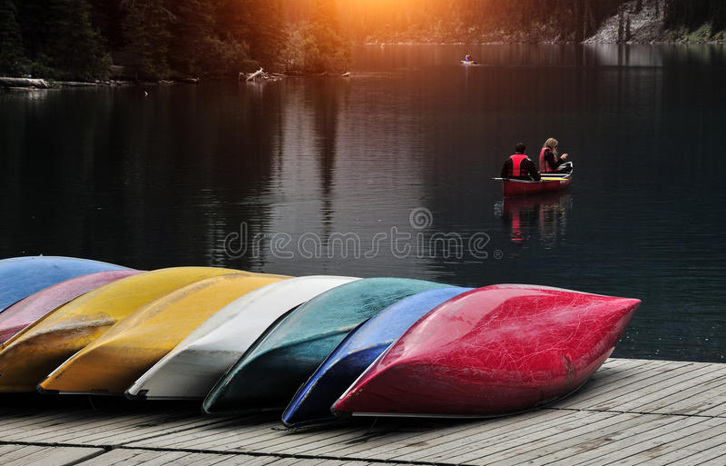 Gekleurde boten op het dok stock foto