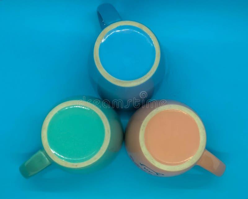 Gekleurde ceramische koffiemokken stock afbeeldingen