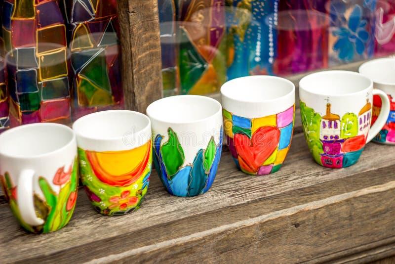 Gekleurde ceramische mokken royalty-vrije stock foto