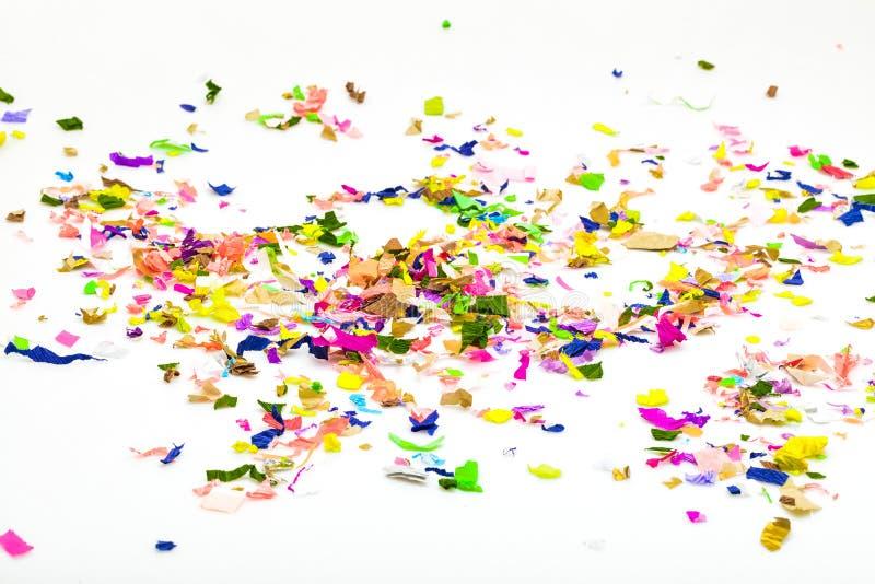 Gekleurde die confettien op wit worden geïsoleerd stock foto