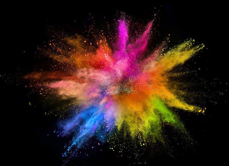 Gekleurde die poederexplosie op zwarte achtergrond wordt geïsoleerd stock afbeelding