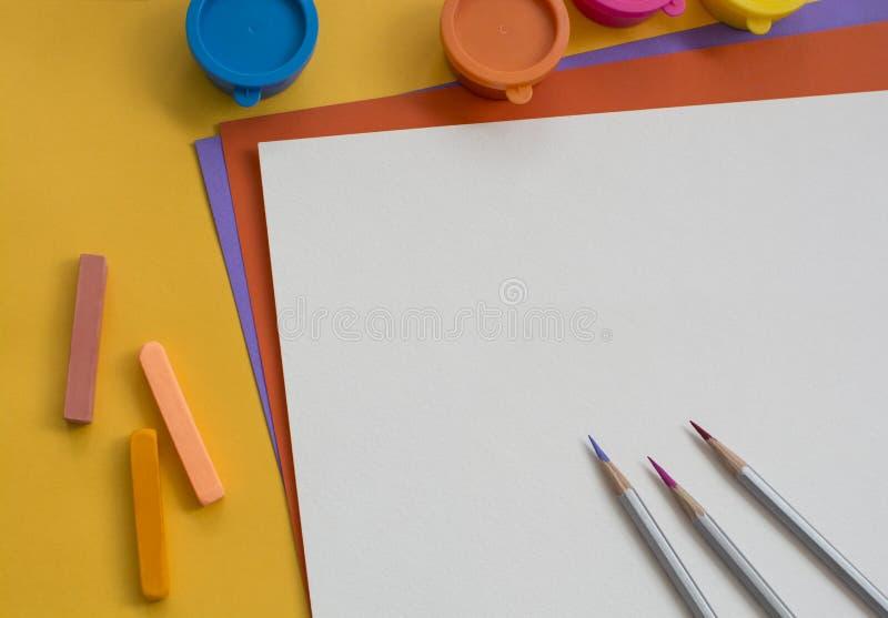 Gekleurde document en verven op de lijst stock foto's