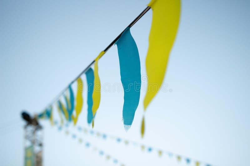 Gekleurde driehoeksvlaggen op kabellijn Lijnen van Kleurrijke driehoeksvlaggen langs wind met duidelijke blauwe hemel royalty-vrije stock foto