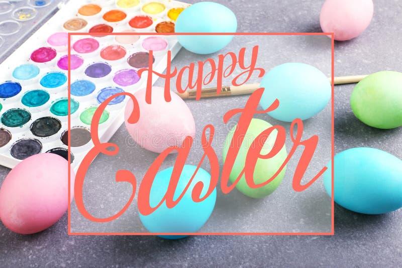 Gekleurde eieren, verven en leeswijzers, voorbereiding voor kleuring voor Pasen Tekst, gelukkige Pasen royalty-vrije stock afbeelding