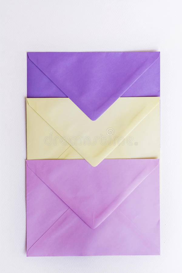 Gekleurde enveloppen stock foto's