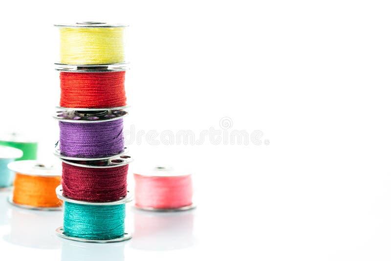 Gekleurde garens in spoelen royalty-vrije stock foto's