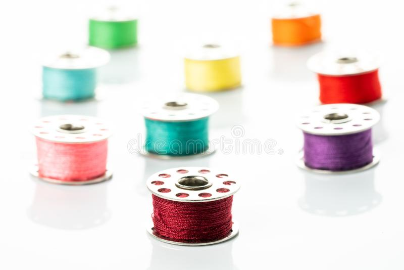Gekleurde garens in spoelen stock foto