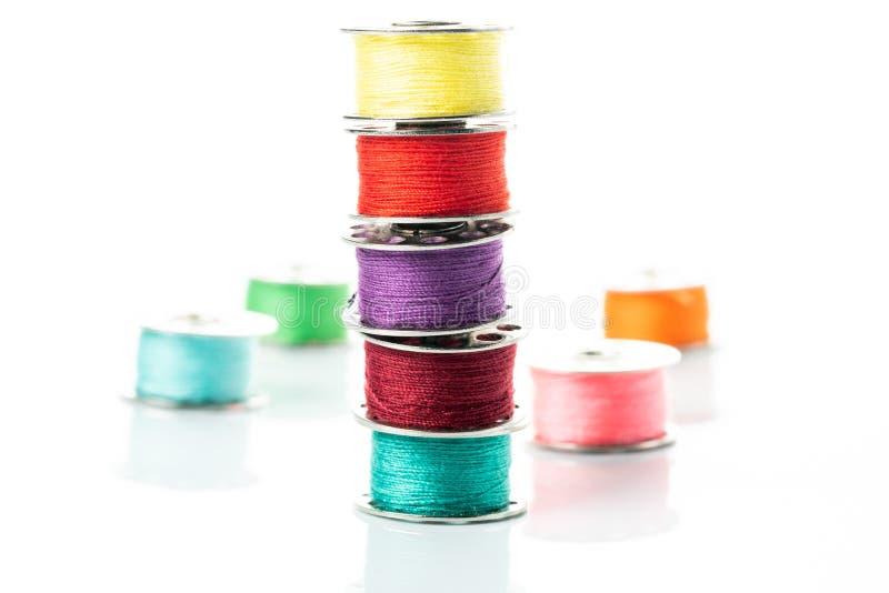 Gekleurde garens in spoelen royalty-vrije stock afbeelding