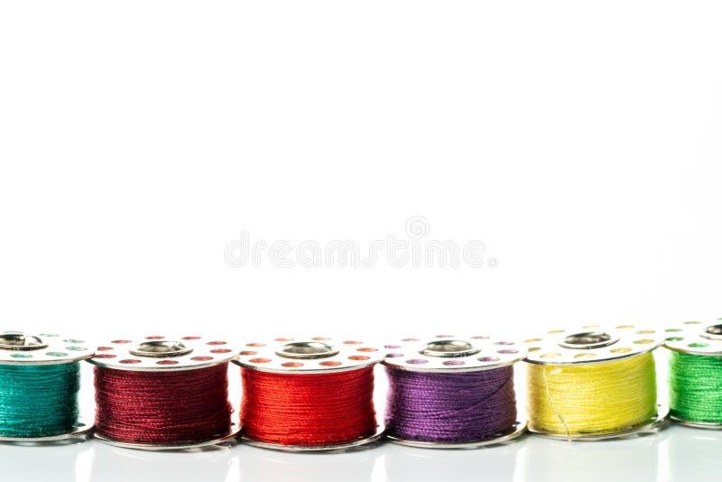 Gekleurde garens in spoelen royalty-vrije stock fotografie