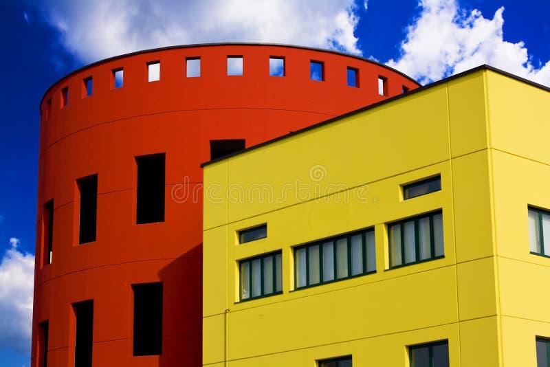 Gekleurde gebouwen tegen de blauwe hemel royalty-vrije stock fotografie
