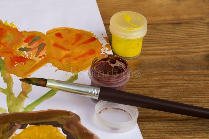 Gekleurde gouacheblikken op houten achtergrond, Verf voor tekening Kleuterschool en school Multi-colored verf Kinderen` s creativ stock foto