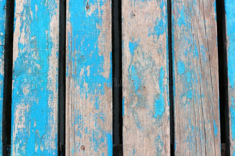 Gekleurde het blauw doorstond houten muur met schilverf royalty-vrije stock foto