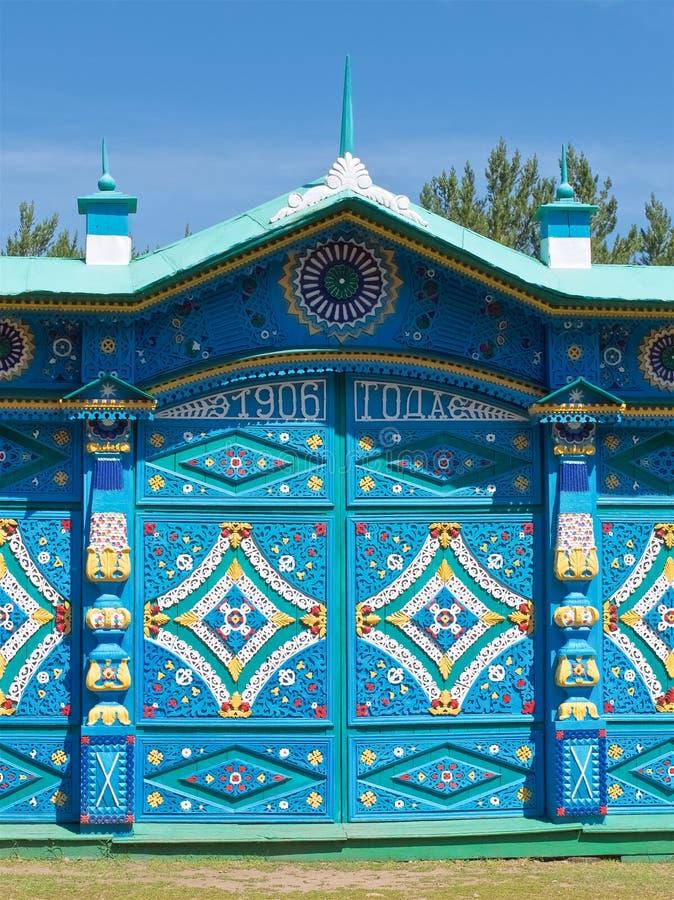 Gekleurde houten gesneden patronen op de oude Russische poort dicht omhoog stock fotografie