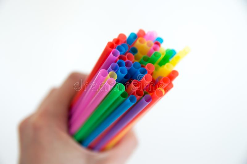 Gekleurde houten potloden voor tekening in een glastribune op een witte achtergrond Multi-colored potloden van kinderen voor teke stock fotografie