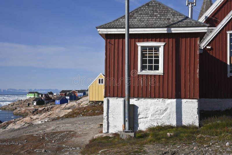 Gekleurde huizen in itoqqortoomiit in Oost-Groenland stock afbeeldingen