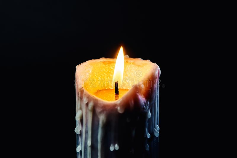Gekleurde kaars met druppels van wasbrandwonden in dark royalty-vrije stock foto's