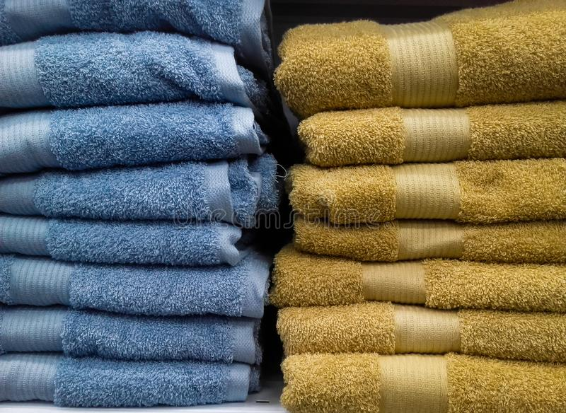 Gekleurde katoenen handdoekenstapel voor verkoop bij markt stock afbeelding