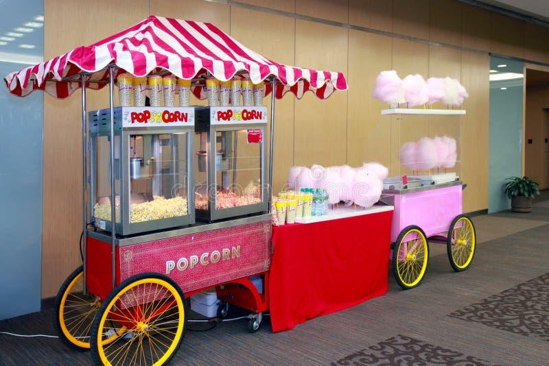 Gekleurde kiosk verkopende popcorn en gesponnen suiker royalty-vrije stock foto's