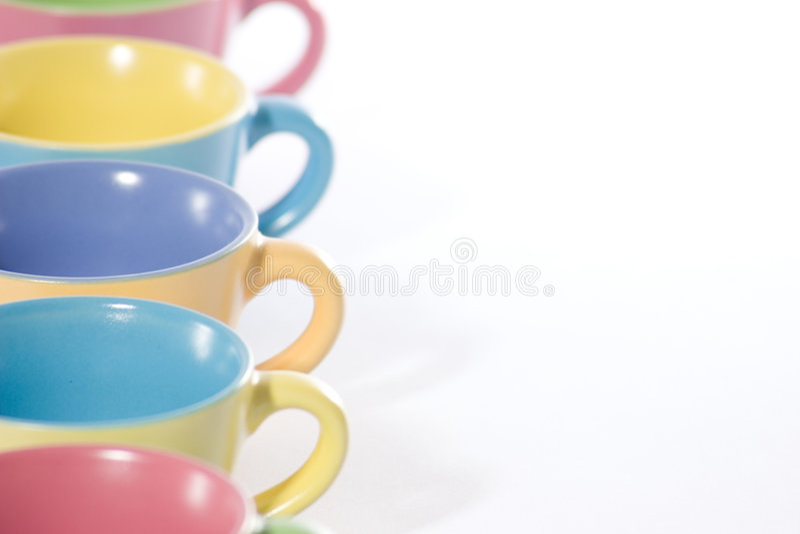 Gekleurde Koffiekoppen Aan De Linkerzijde Royalty-vrije Stock Foto's