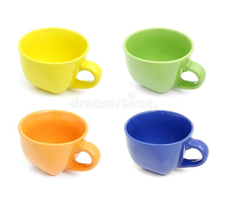 Gekleurde koppen geplaatst die op wit worden geïsoleerdi royalty-vrije stock afbeeldingen