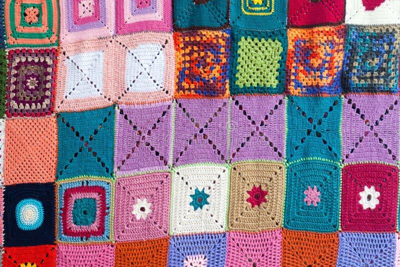 Gekleurde met de hand gebreide tapijt textielachtergrond stock foto's