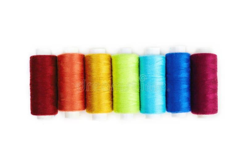 Gekleurde naaiende die draad op witte achtergrond wordt geïsoleerd stock afbeelding