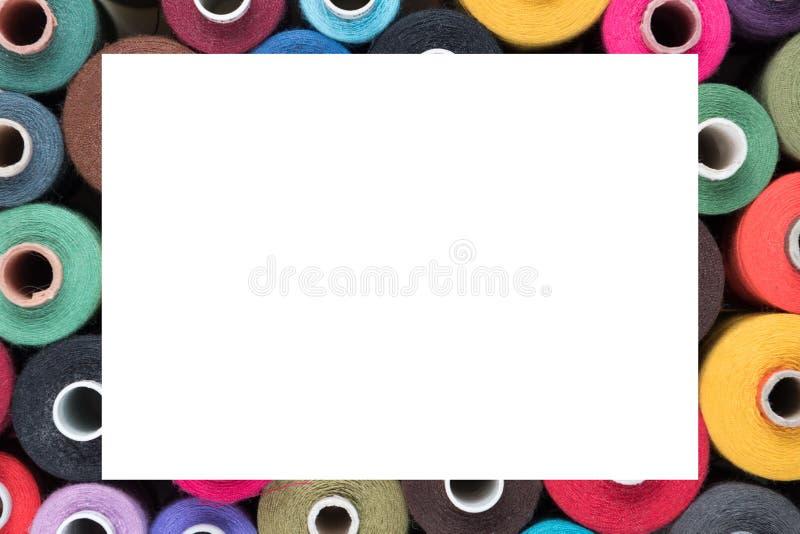 Gekleurde Naaiende draden als kader, klaar tekst stock afbeeldingen