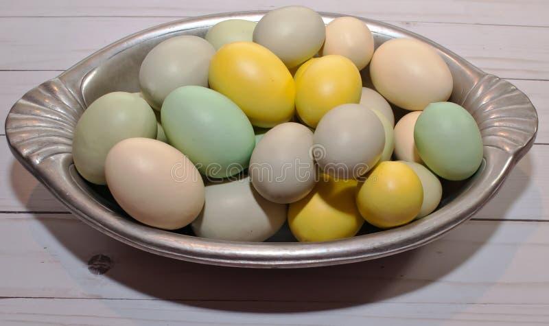 Download Gekleurde Paaseieren In Een Zilveren Dienblad Stock Foto - Afbeelding bestaande uit achtergronden, inzameling: 107707134