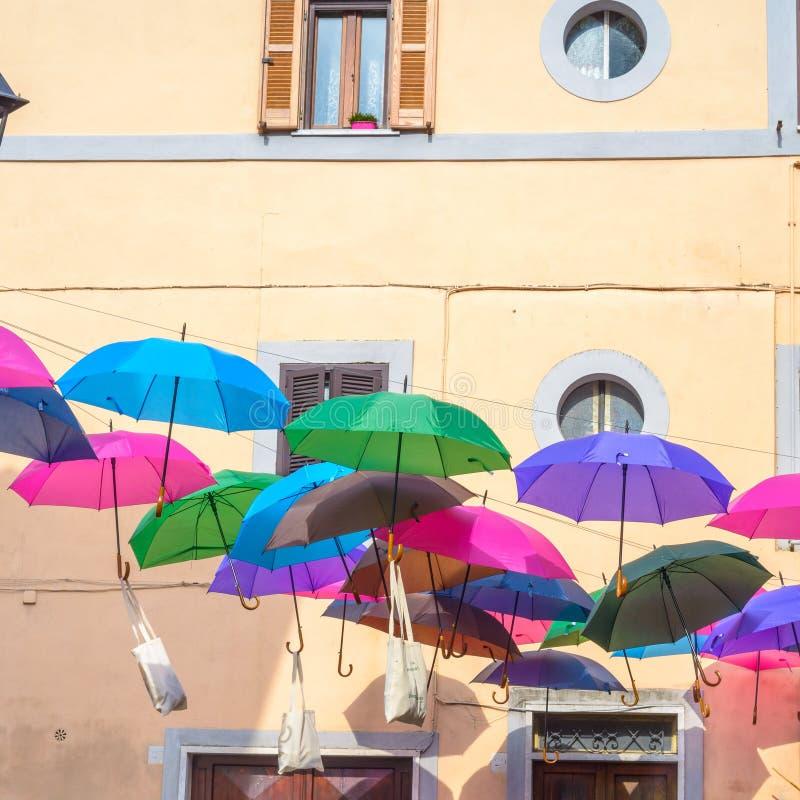 Gekleurde Paraplu's in een straat stock afbeeldingen