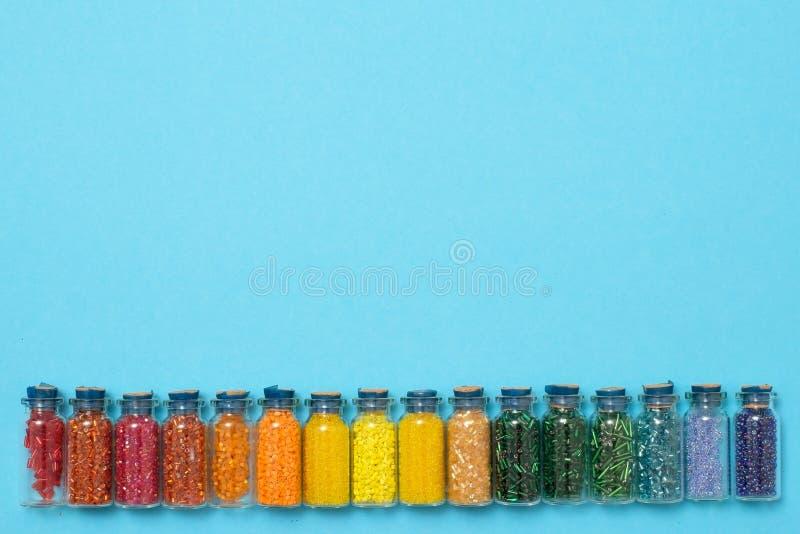 Gekleurde parels in speciale glaskruiken Wijfje of jonge geitjeshobby royalty-vrije stock afbeelding
