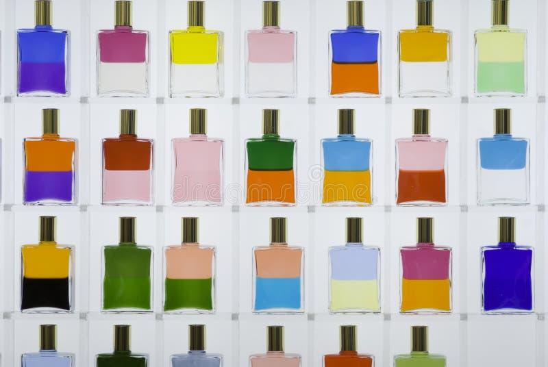 Gekleurde parfumflessen stock foto's