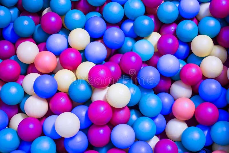 Gekleurde plastic ballen in de pool voor kinderen om te spelen stock afbeeldingen