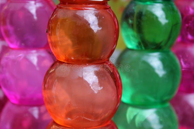 Gekleurde plastic flessen stock afbeeldingen