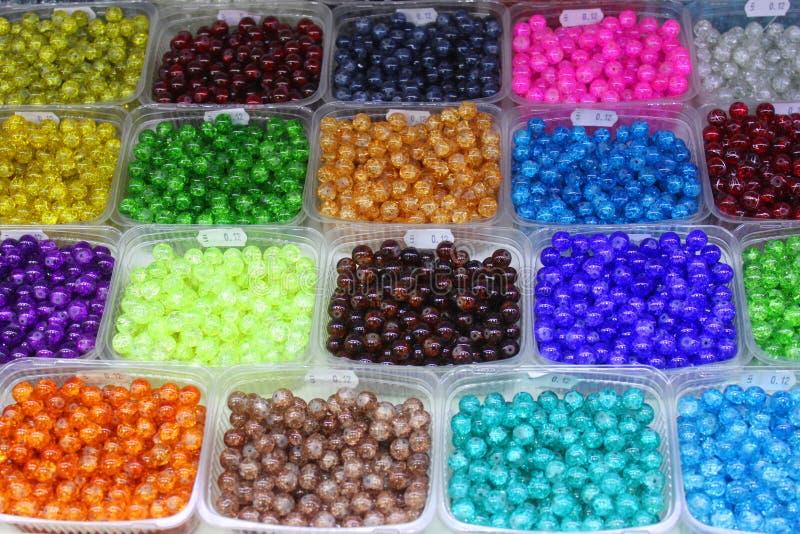 Gekleurde plastic parels stock afbeelding