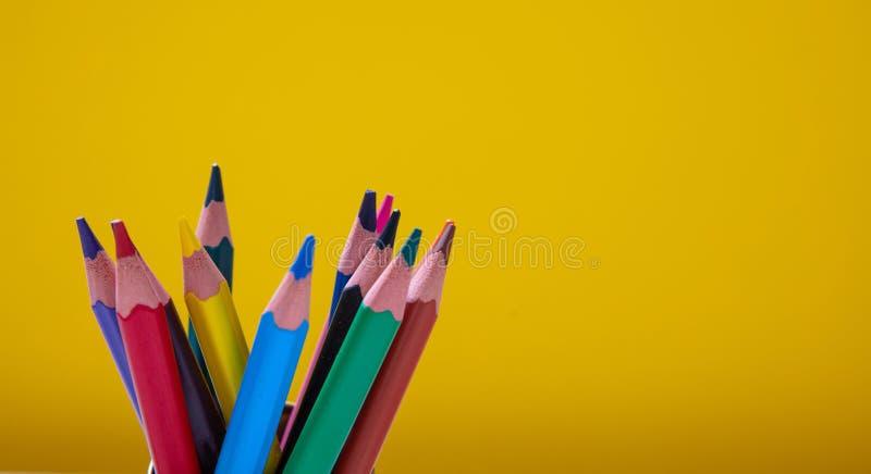 gekleurde potloden op gele achtergrond Kopieerruimte stock foto