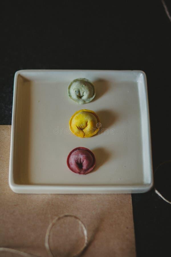 Gekleurde ravioli op de witte plaat royalty-vrije stock afbeeldingen