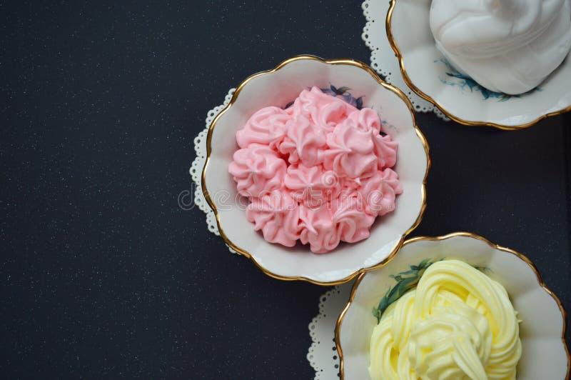 Gekleurde romige desserts in kremanki stock afbeeldingen