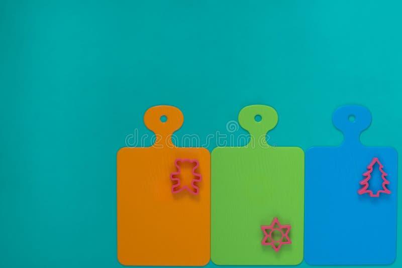 Gekleurde scherpe raad op turkooise achtergrond stock afbeeldingen