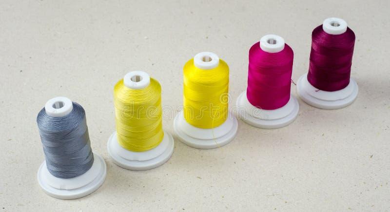 Gekleurde spoelen van draad stock afbeelding