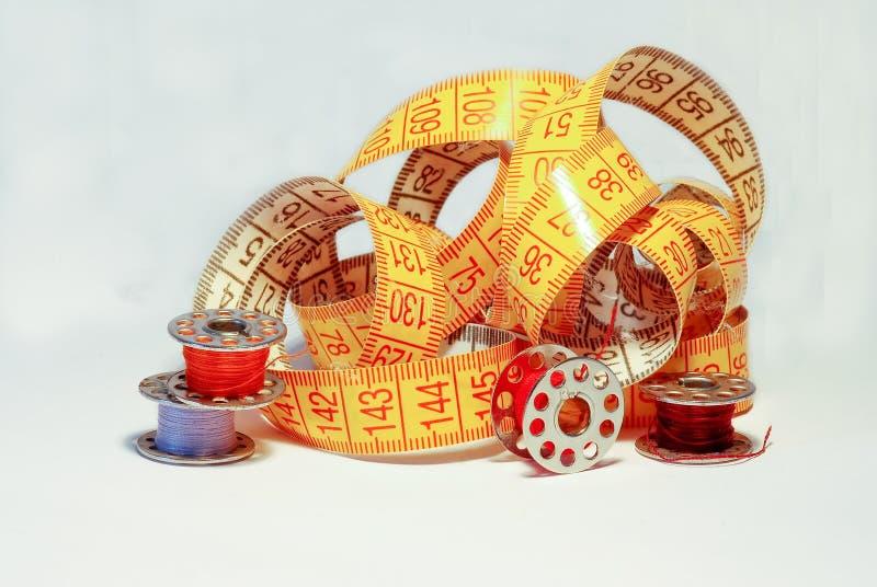 Gekleurde spoelen voor machine het naaien stock fotografie