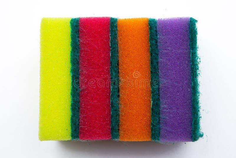 Gekleurde sponsen voor wasschotels Op witte dichte omhooggaand als achtergrond royalty-vrije stock foto
