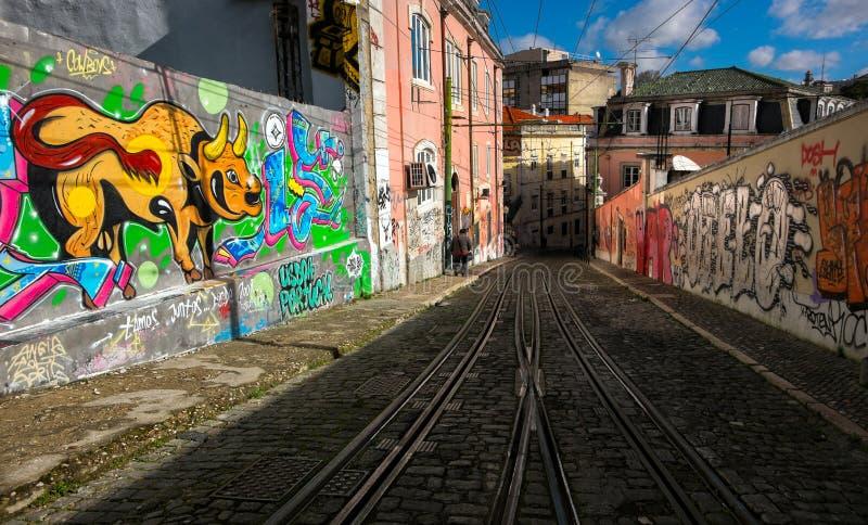 Gekleurde straten van oud Lissabon kabel portugal stock foto's