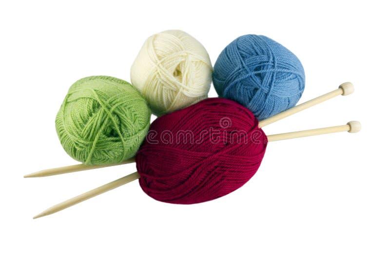 Gekleurde strengen en het breien stock afbeeldingen