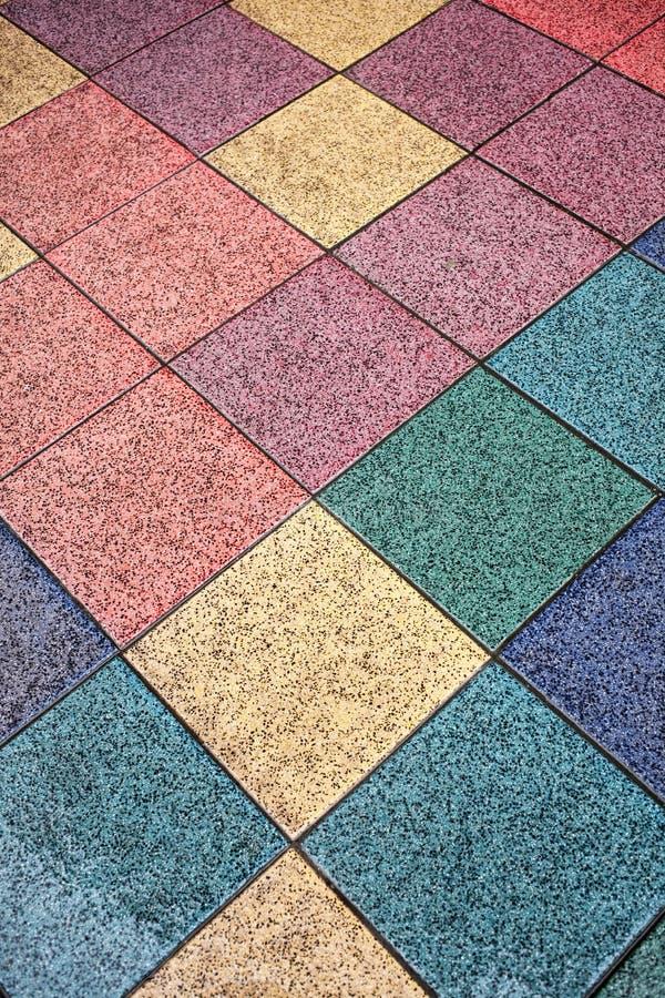 gekleurde tegelvloer in de straat stock fotografie