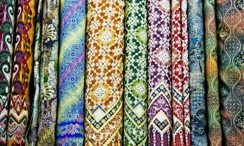 Gekleurde textiel in een traditionele het oostenbazaar, Yogyakarta op Java stock fotografie