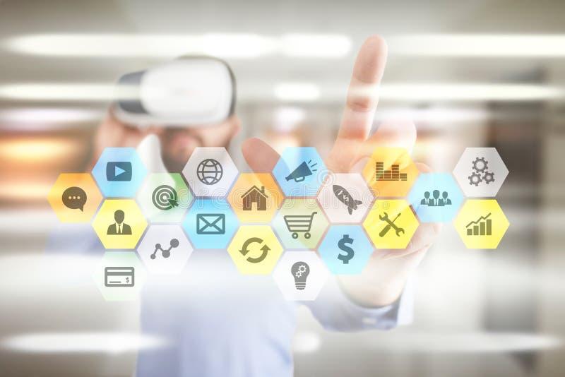 Gekleurde toepassingenpictogrammen en grafieken op het virtuele scherm Zaken, Internet en technologieconcept royalty-vrije stock foto's