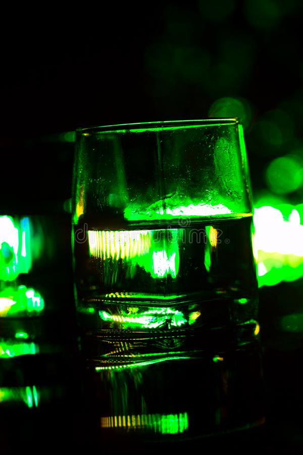 Gekleurde verlichting van glazen in de bar van de nachtclub stock afbeelding