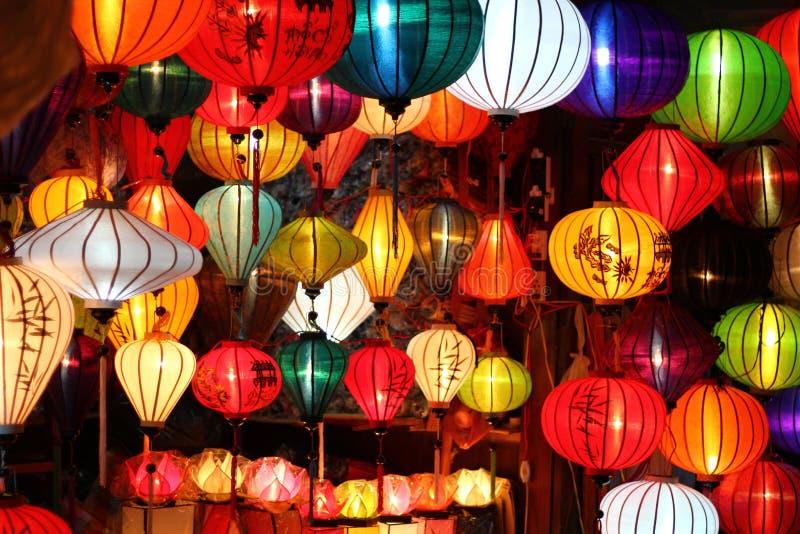 Gekleurde Vietnamese zijdelantaarns stock afbeeldingen